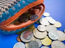 Ανοικτό πορτοφόλι με το διεθνές νόμισμα στο μπλε υπόβαθρο Στοκ φωτογραφία με δικαίωμα ελεύθερης χρήσης