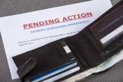 Ανοικτό πορτοφόλι που βάζει πέρα από μια επιστολή τελικής απαίτησης Στοκ εικόνα με δικαίωμα ελεύθερης χρήσης