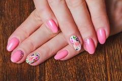 Ανοικτό ροζ τέχνη καρφιών με τα τυπωμένα λουλούδια Στοκ Εικόνα
