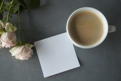 Ανοικτό ροζ chineese αυξήθηκε με το coffe και την αυτοκόλλητη ετικέττα στο συγκεκριμένο υπόβαθρο Στοκ εικόνες με δικαίωμα ελεύθερης χρήσης