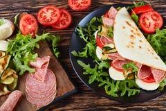 Ανοικτό σάντουιτς - ιταλικό piadina με τη μοτσαρέλα Στοκ Εικόνα