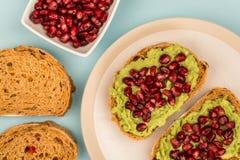 Ανοικτό σάντουιτς προσώπου σπόρων αβοκάντο και ροδιών σε Mediterranea Στοκ εικόνες με δικαίωμα ελεύθερης χρήσης