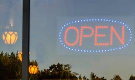 Ανοικτό σημάδι σε Storefront Στοκ εικόνα με δικαίωμα ελεύθερης χρήσης