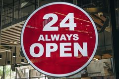 24 ανοικτό σημάδι ωρών πάντα μπροστά από τον κανονικό χώρο καφενείου ή ομο-εργασίας καφέ στη νέα τάση πόλεων του χώρου εργασίας στοκ φωτογραφία με δικαίωμα ελεύθερης χρήσης