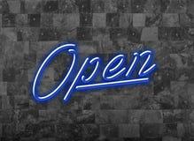 Ανοικτό σημάδι στην μπλε πηγή νέου Glooming σε έναν σκοτεινό τοίχο Στοκ Εικόνες