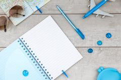 Ανοικτό σημειωματάριο με τα αεροσκάφη και τα γυαλιά ηλίου στοκ φωτογραφία με δικαίωμα ελεύθερης χρήσης