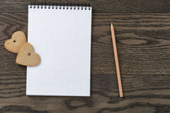 Ανοικτό σημειωματάριο με τα μπισκότα καρδιών Στοκ Εικόνα