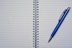 Ανοικτό σημειωματάριο με τις γραμμές, τη μάνδρα και τη θέση για το κείμενο Στοκ φωτογραφία με δικαίωμα ελεύθερης χρήσης
