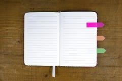 Ανοικτό σημειωματάριο με τις ζωηρόχρωμες ετικέττες Στοκ Φωτογραφίες