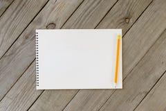 Ανοικτό σημειωματάριο με τις κενές σελίδες και το μολύβι στοκ εικόνες