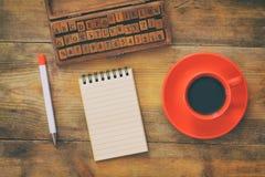 Ανοικτό σημειωματάριο με τις κενές σελίδες στον ξύλινο πίνακα Στοκ Εικόνες