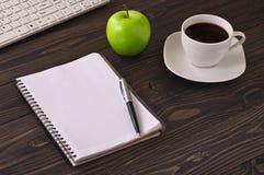Ανοικτό σημειωματάριο με το πληκτρολόγιο μανδρών, καφέ, μήλων και υπολογιστών Στοκ εικόνα με δικαίωμα ελεύθερης χρήσης