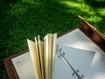 Ανοικτό σημειωματάριο σε έναν τεχνητό τομέα χλόης Στοκ φωτογραφία με δικαίωμα ελεύθερης χρήσης