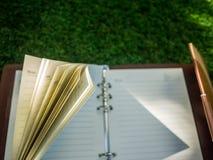 Ανοικτό σημειωματάριο σε έναν τεχνητό τομέα χλόης Στοκ φωτογραφίες με δικαίωμα ελεύθερης χρήσης