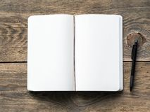 Ανοικτό σημειωματάριο σε ένα ελατήριο με τη Λευκή Βίβλο για τις σημειώσεις και το σχέδιο με το μολύβι Στενοχωρημένο υπόβαθρο ξύλο Στοκ Εικόνες
