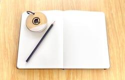 Ανοικτό σημειωματάριο στον ξύλινο πίνακα με το σημειωματάριο και το μαύρο μολύβι, Temp Στοκ φωτογραφία με δικαίωμα ελεύθερης χρήσης