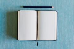 Ανοικτό σημειωματάριο στο μπλε υπόβαθρο r στοκ εικόνα με δικαίωμα ελεύθερης χρήσης