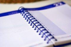 Ανοικτό σπειροειδές σημειωματάριο με τα ευθυγραμμισμένα φύλλα για να γράψει τους σημαντικούς διορισμούς της ημέρας στοκ φωτογραφία με δικαίωμα ελεύθερης χρήσης
