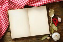 Ανοικτό cookbook με το σκεύος για την κουζίνα στοκ εικόνα