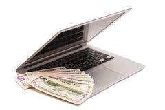 Ανοικτό lap-top με τα χρήματα δολαρίων στοκ φωτογραφία