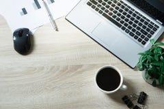 Ανοικτό lap-top, τεκμηρίωση και μαύρος καφές στον πίνακα γραφείων Τοπ άποψη, διάστημα αντιγράφων στοκ φωτογραφία με δικαίωμα ελεύθερης χρήσης