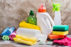 Ανοιξιάτικος καθαρισμός του σπιτιού Καθαρίζοντας προμήθειες καθορισμένες Στοκ εικόνες με δικαίωμα ελεύθερης χρήσης