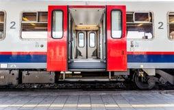 Ανοιχτές πόρτες από ένα τραίνο Στοκ Εικόνες
