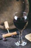Ανοιχτήρι δίπλα σε ένα ξύλινο βαρέλι κρασιού Κρασί σε ένα ξύλινο βαρέλι Μμένο, μαύρο ξύλινο υπόβαθρο Τρύγος Copyspace για ένα κεί Στοκ Φωτογραφίες