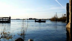 Ανοιχτήρι αλιείας Μινεσότας Άνθρωποι στη βάρκα και στην ακτή της λίμνης Bemidji και του ποτάμι Μισισιπή απόθεμα βίντεο