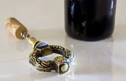 Ανοιχτήρι από το μπουκάλι του κόκκινου κρασιού στοκ φωτογραφία με δικαίωμα ελεύθερης χρήσης