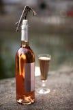 Μπουκάλι, γυαλί και ανοιχτήρι κρασιού Στοκ εικόνα με δικαίωμα ελεύθερης χρήσης