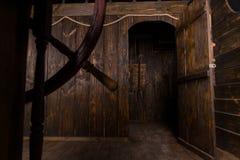 Ανοιχτή πόρτα στα τέταρτα διαβίωσης του ξύλινου σκάφους Στοκ εικόνα με δικαίωμα ελεύθερης χρήσης