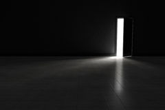 Ανοιχτή πόρτα στο σκοτεινό δωμάτιο με το φωτεινό φως που λάμπει μέσα Υπόβαθρο απεικόνιση αποθεμάτων