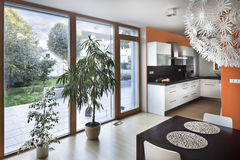 Ανοιχτός χώρος κουζινών στο νέο εσωτερικό του οικογενειακού σπιτιού στοκ φωτογραφία με δικαίωμα ελεύθερης χρήσης