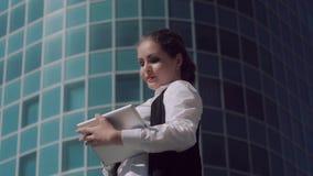 Ανοιχτόχρωμης επιδερμίδας ελκυστική επιχειρησιακή γυναίκα που εργάζεται στην ταμπλέτα υπαίθρια στο κεντρικό κλίμα γραφείων απόθεμα βίντεο