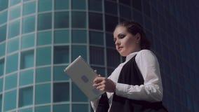 Ανοιχτόχρωμης επιδερμίδας ελκυστική επιχειρησιακή γυναίκα που εργάζεται στην ταμπλέτα υπαίθρια απόθεμα βίντεο