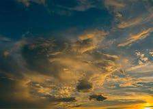 Ανοιχτό μπλε - κίτρινος ουρανός ηλιοβασιλέματος χρώματος Στοκ εικόνα με δικαίωμα ελεύθερης χρήσης