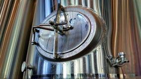 Ανοξείδωτη δεξαμενή μπύρας σε ένα ζυθοποιείο Στοκ Εικόνες