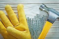 Ανοξείδωτα καρφιά σφυριών νυχιών γαντιών ασφάλειας στον ξύλινο πίνακα Στοκ φωτογραφίες με δικαίωμα ελεύθερης χρήσης