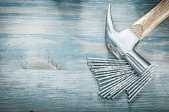 Ανοξείδωτα καρφιά σφυριών νυχιών στο ξύλινο διαστημικό constructio αντιγράφων πινάκων Στοκ εικόνες με δικαίωμα ελεύθερης χρήσης