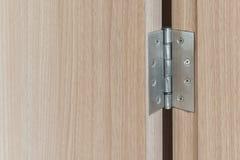 ανοξείδωτες αρθρώσεις πορτών στην ξύλινη πόρτα ταλάντευσης Στοκ Φωτογραφία