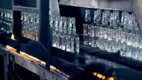 Ανοπτώντας διαδικασία των πρόσφατα-γίνοντων διαφανών μπουκαλιών απόθεμα βίντεο