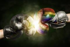 Ανοχή εναντίον Αδιαλλαξία που συμβολίζεται με τα εγκιβωτίζοντας γάντια στοκ εικόνα