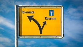 Ανοχή σημαδιών οδών εναντίον Rassism στοκ εικόνα με δικαίωμα ελεύθερης χρήσης