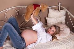 αντέξτε την έγκυο teddy γυναίκα Στοκ εικόνες με δικαίωμα ελεύθερης χρήσης