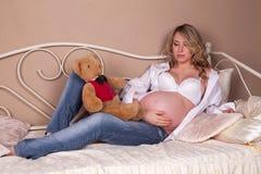 αντέξτε την έγκυο teddy γυναίκα Στοκ Φωτογραφία
