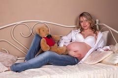 αντέξτε την έγκυο teddy γυναίκα Στοκ φωτογραφία με δικαίωμα ελεύθερης χρήσης