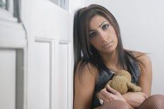 αντέξτε τη λυπημένη teddy γυναίκ& Στοκ φωτογραφία με δικαίωμα ελεύθερης χρήσης