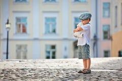 αντέξτε το αγόρι χαριτωμένο λίγο λευκό παιχνιδιών Στοκ Φωτογραφία