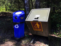 Αντέξτε το εμπορευματοκιβώτιο απόδειξης δίπλα στην ανακύκλωση του εμπορευματοκιβωτίου Στοκ Εικόνα